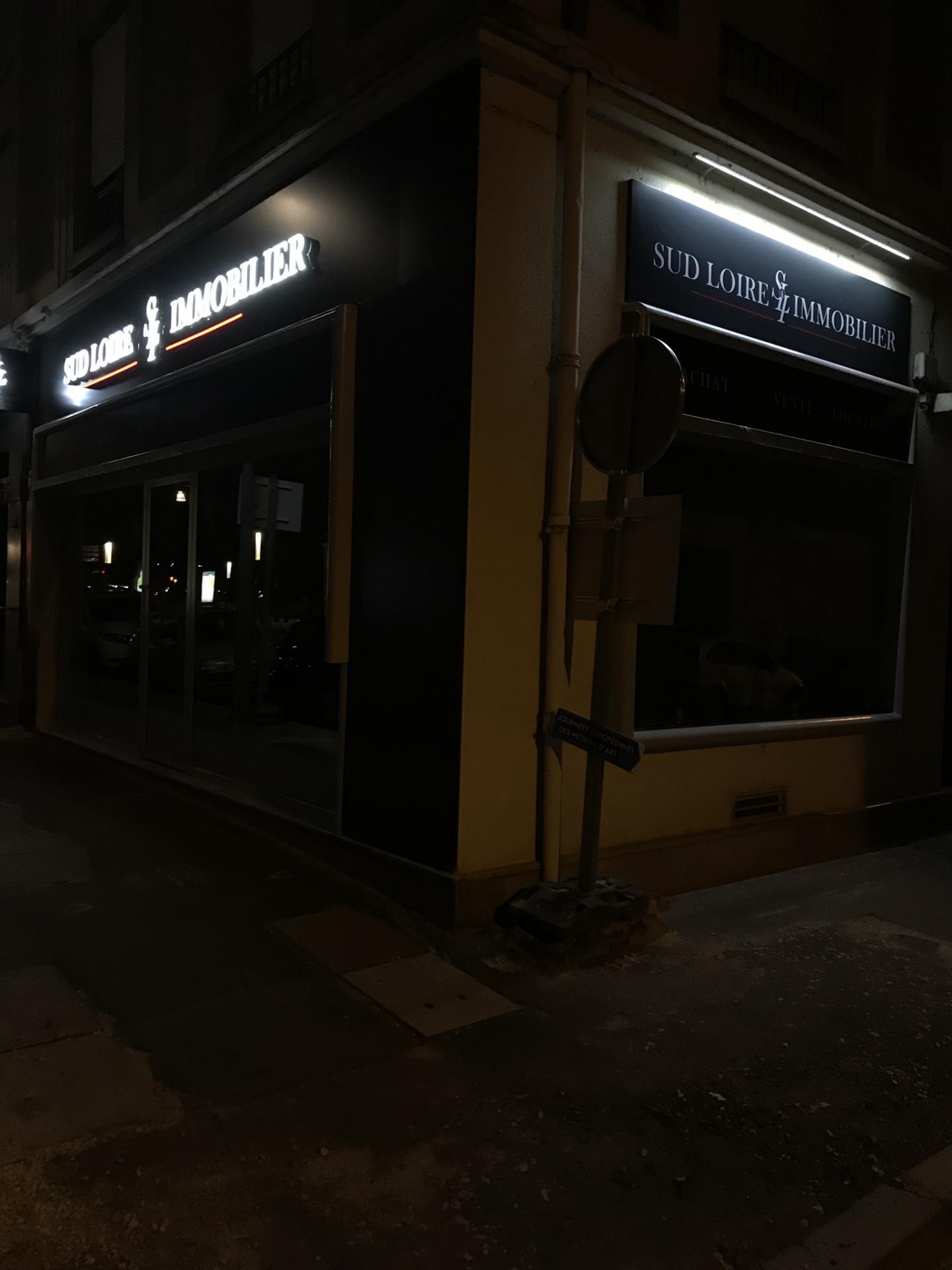 Blois  Vienne Habillage de façade en alu dibond gris et   lettres en relief lumineuses