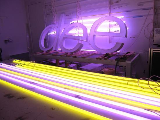 Lettres boitiers et tubes néon