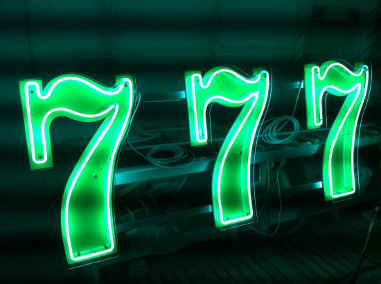 3 chiffres 7 en néon avec chassis et protection altuglas